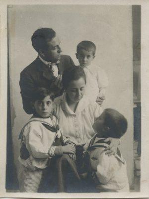 1917.2. JHC en brazos de su padre