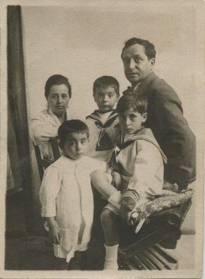 1917.3. JHC con sus padres