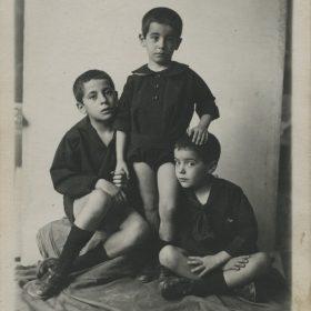 1919. JHC con sus hermanos