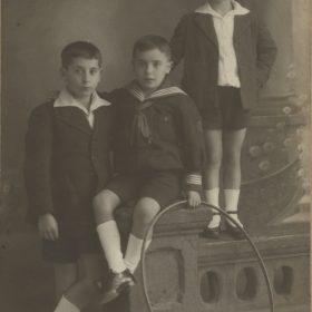 1921. Jacinto Higueras junto a sus hermanos