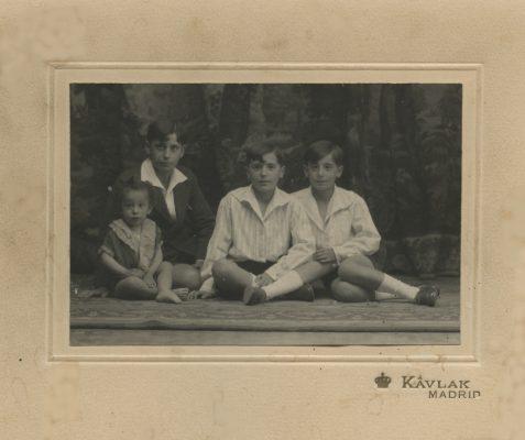 1925. JHC, 1º por la dcha., con sus hermanos, Augusto, Modesto y Luis, Madrid