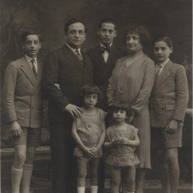 1928.1. JHC, 1º izda., con sus padres Jacinto y Lola y sus hermanos Modesto, Luis y, delante, Augusto y Andrés. Madrid 1928