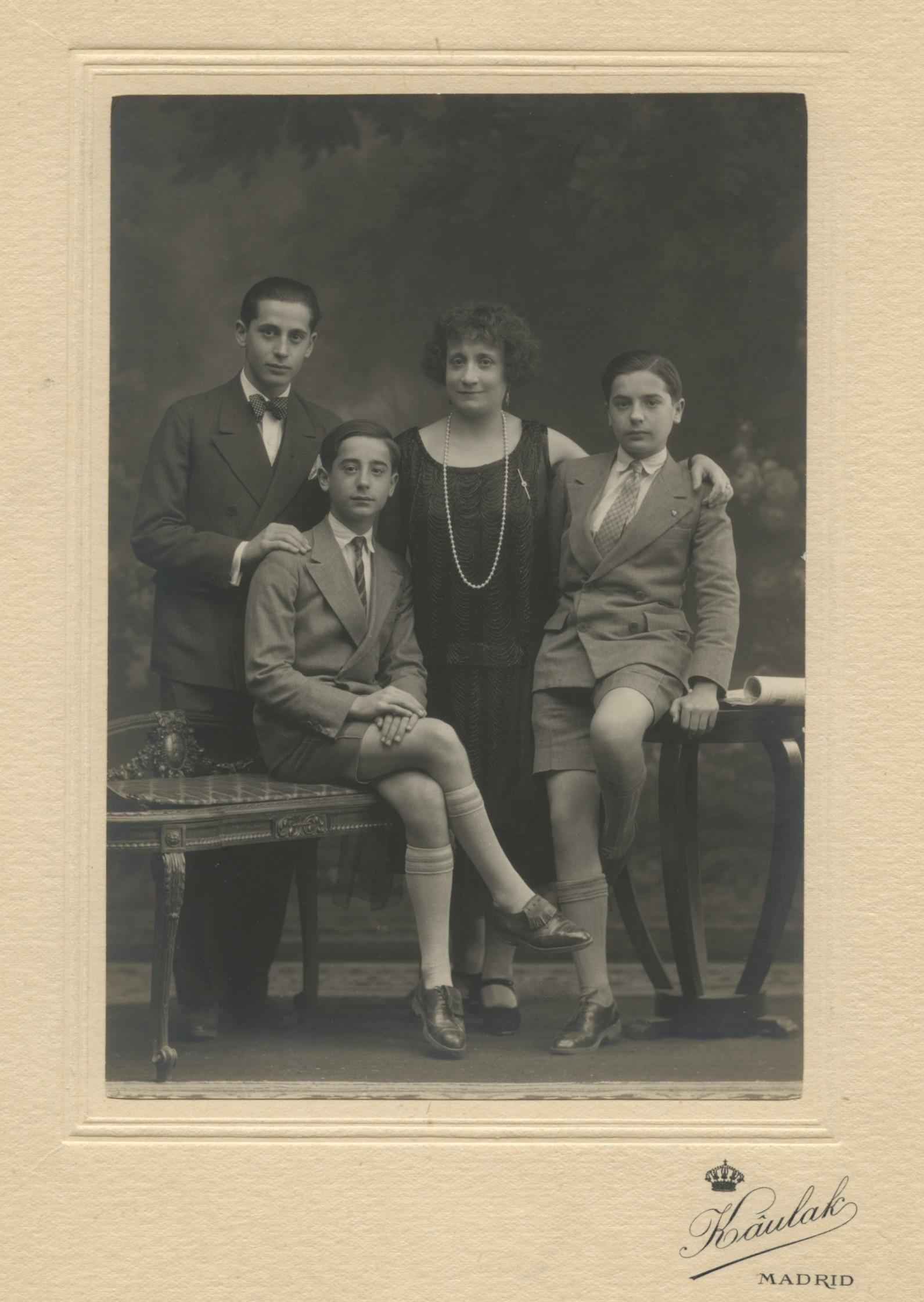 1928.2. JHC, sentado, junto a su madre Lola y sus hermanos Modesto y Luis. Madrid 1928