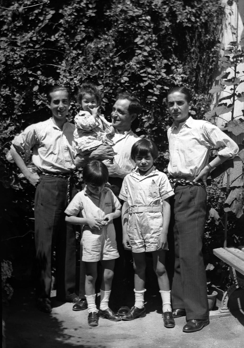 1931.1. JHC, izda., en el chalet de Francisco Navacerrada con su padre y hermanos Mari Lola, Luis, Andrés y Augusto, Madrid, verano 1931