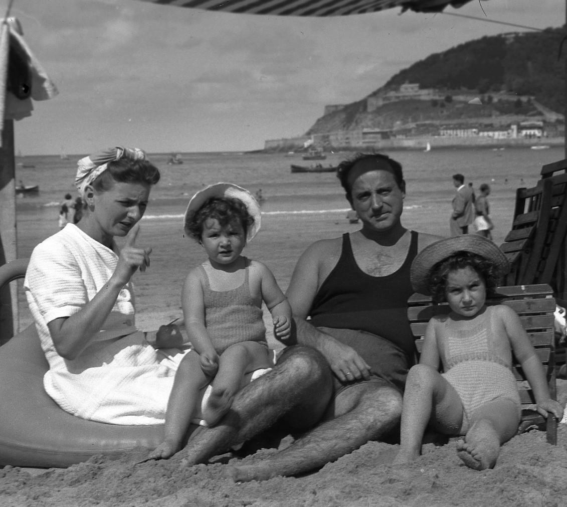 1946.2. JHC, con su mujer, Ana, y sus hijas, Ana y Lola, en la playa de La Concha, en San Sebastián, verano 1946