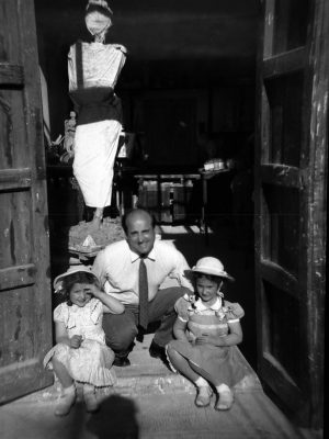 1951. JHC con sus hijas, Lola y Ana, en su estudio de Mantuano, 32, verano 1951