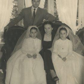 1952.1. JHC con su mujer, Ana, y sus hijas Ana y Lola, el día de su primera comunión, en Martínez Campos, 17, 15 de junio de 1952