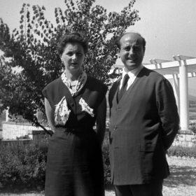 1952.2. JHC con su mujer, Ana, en Santander, donde actúa con el T.E.U., agosto 1952
