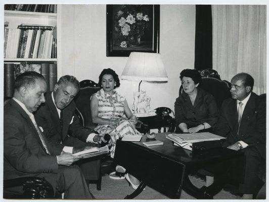 1958.1. JHC, dcha., junto a Lola Rodríguez Aragón, Mariemma, Luis Escobar y el Maestro Estela, en el estudio de LRA en Lista, 65. Septiembre 1958 (Foto)