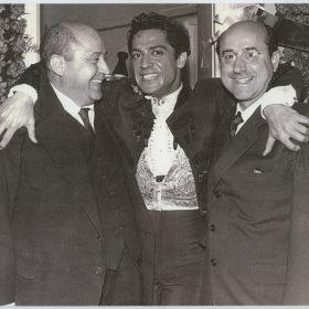 1959.1. JHC, dcha., con Antonio, el bailarín, y su hermano Modesto, Teatro de la Zarzuela, marzo 1959 (Foto)