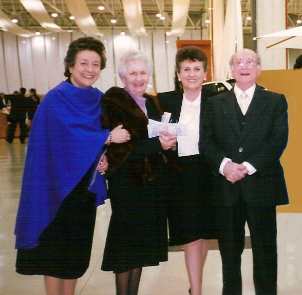 1999. JHC con su mujer, Ana, y sus hijas Nana y Lola en la entrega de premio Jiennense del Año del Diario Jaén, Jaén 19 de marzo de 1999