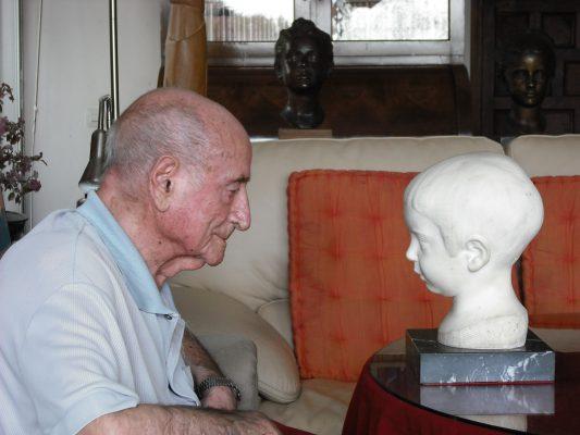2008-2, JHC, frente al Busto que le hizo su padre, JHF, cuando tenía 4 años, 10 de septiembre de 2008