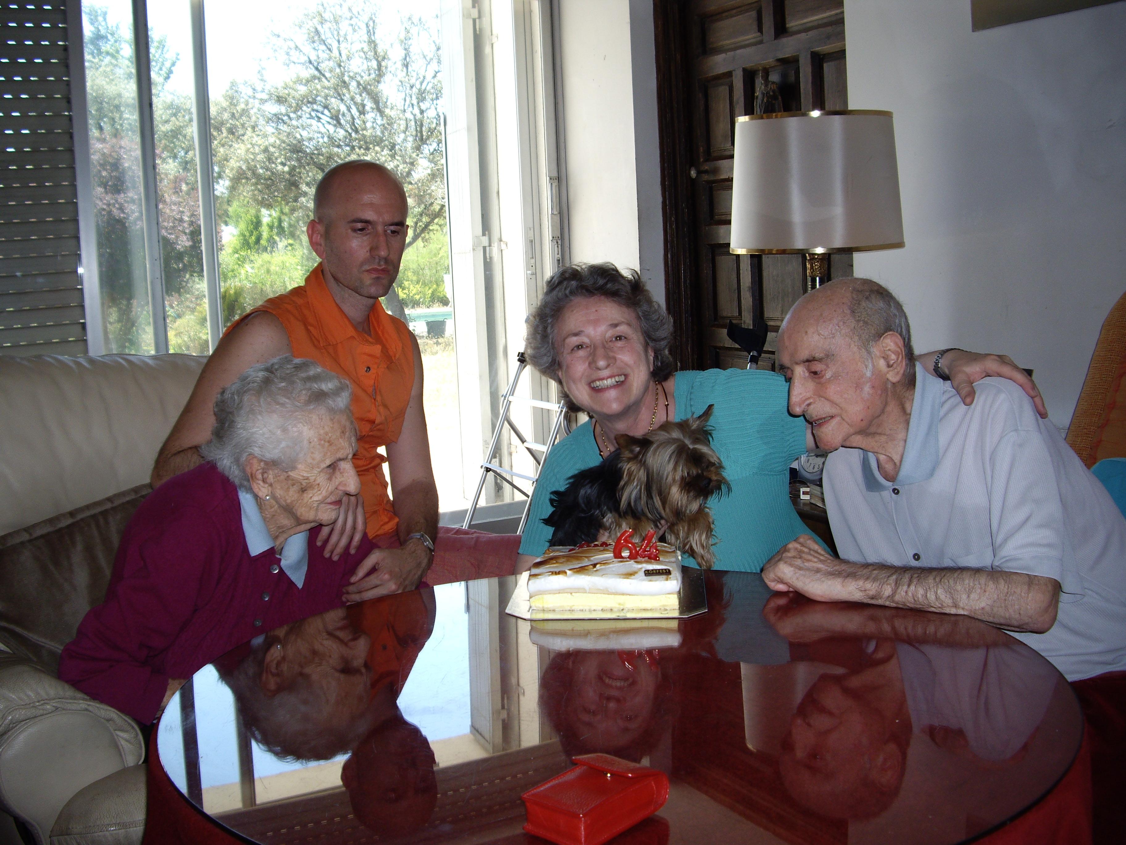 2009.1. JHC celebrando el cumpleaños de su hija Lola, junto a ella, su mujer y su nieto Jaime. Molino de la Hoz, 12 de junio de 2009
