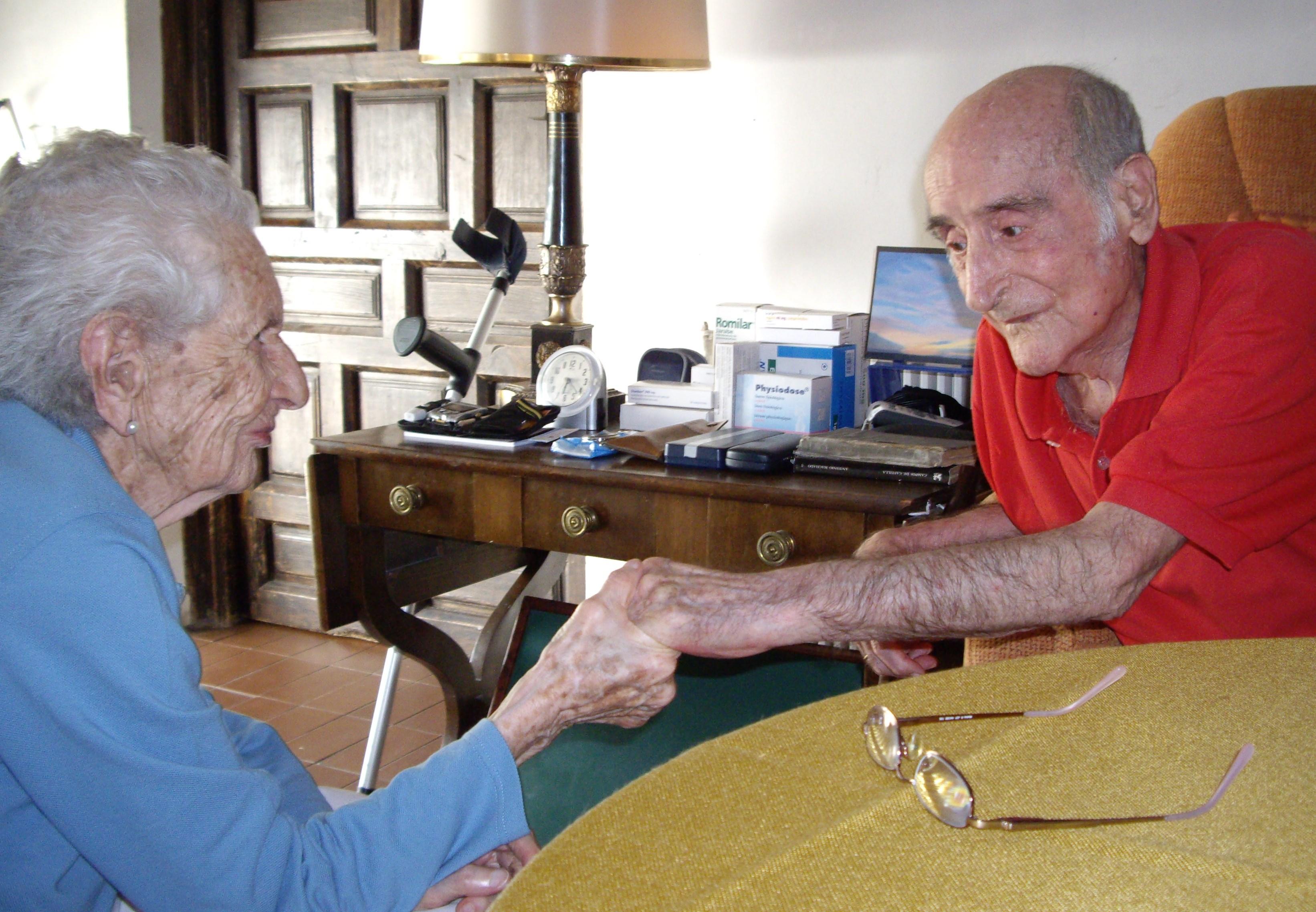 2009.2. JHC, con su mujer, Ana, en su casa de Molino de la Hoz, verano de 2009