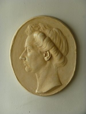 1943.2. Retrato de perfil de su mujer, Bajorrelieve. Resina con pátina mármol, 32x26x03 cm.