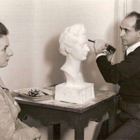 1943.3. JHC, cincelando en mármol el Busto de de su mujer Ana Mª Rodríguez Aragón, en su estudio de José Marañón, 1943