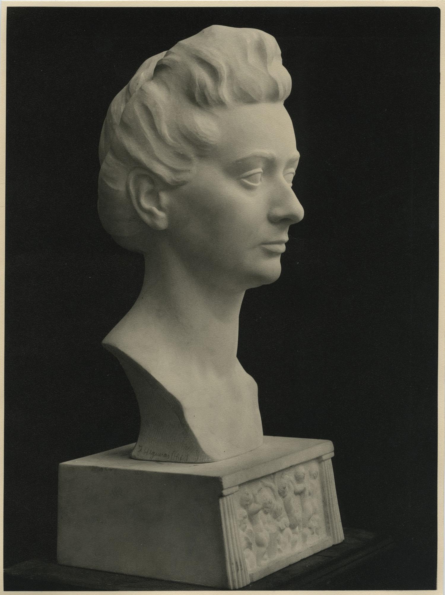 1943.4. Busto de Ana María Rodríguez Aragón, mármol blanco, 43x25x25 cm. En 1948 gana la 3ª Medalla en la Exposición Nacional de Bellas Artes.