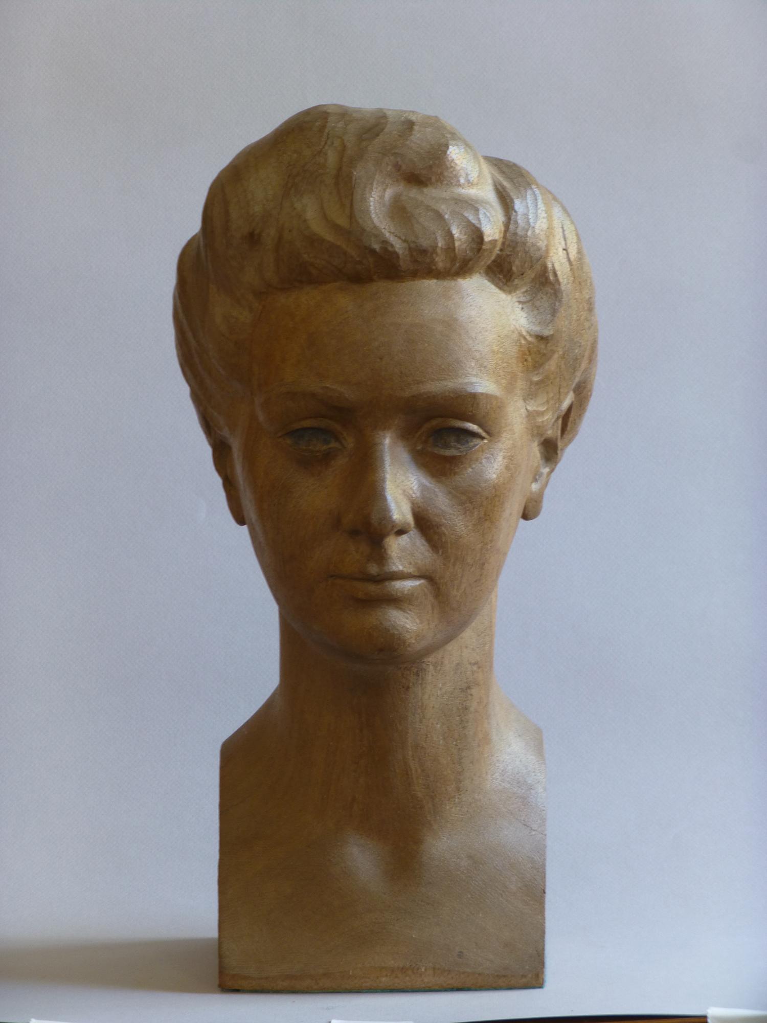 1943.5. Busto de su mujer Ana Mª Rodríguez Aragón, Madera de eneldo, 43x22x23 cm.