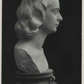 1944.2. Busto de Pilar Rodríguez Aragón, piedra rosa, , 44,5x24x26 cms. Presenta en 1948 a la Exposición Nacional de Bellas Artes. 1944
