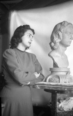 1944. Pilar Rodríguez Aragón junto a su Busto.