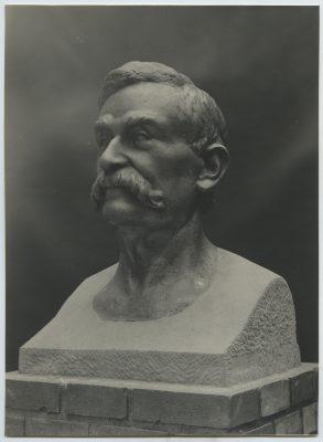 1944.5. Busto y Monumento a Benito Pérez Galdós, Busto en bronce sobre basada en piedra, 200 cms. 1944