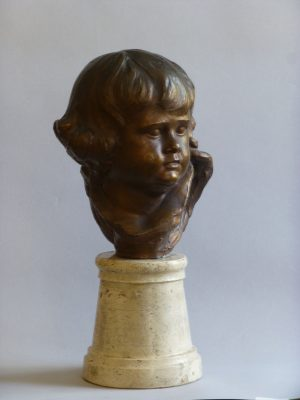 1948.1. Busto de la niña Carmen Rodríguez Pérez-Iñigo, Bronce, peana de mármol, 26x20x18 cms.