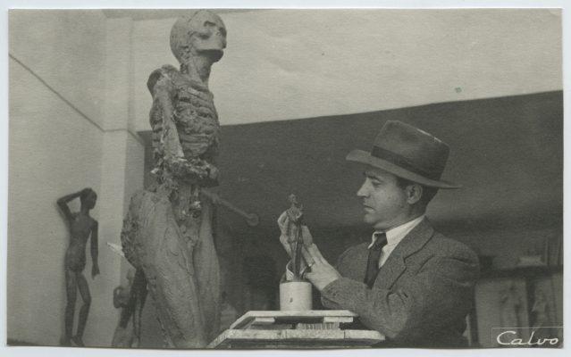 1948.2. JHC, modelando el Don Quijote, en su estudio, 1948