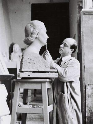1954.1. JHC, modelando en su estudio de Mantuano, 32, el Busto de la Sra. Villa de Calzadilla. 1954