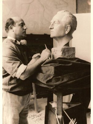 1955.2. JHC, modelando en la Cabeza de su padre Jacinto Higueras Fuentes, en su estudio de Mantuano, 32, 15 de octubre de 1955