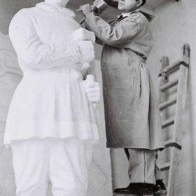 1955.3. JHC, esculpiendo en la estatua del Monumento a Martínez Montañés que su padre dejó sin acabar, en su estudio de Mantuano, 32, noviembre 1955