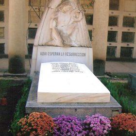 1955.4. Ángel, piedra, 130x135x30 cms. Frontal del Panteón Familia Rodríguez Aragón. 1955