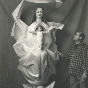 1958. JHC, junto a la Virgen de la Luz, corpórea. Talla policromada, 200 cms. Altar Mayor de la Iglesia del Poblado Técnico de Saltos de Agua de Valdecañas. 1958