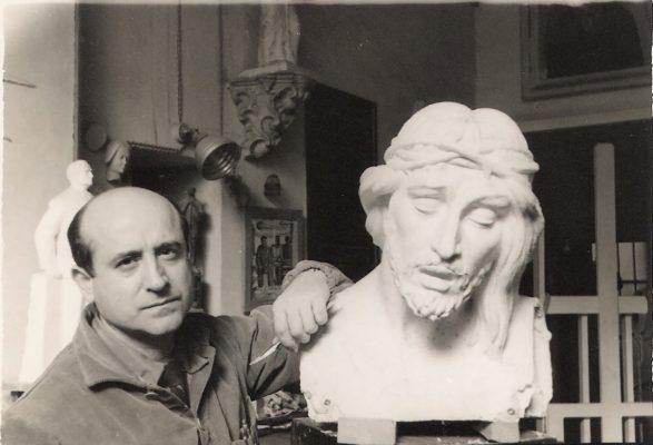 1960.4. JHC en su estudio de Mantuano, 32, en Madrid, trabajando en el Jesús Caído. 1960