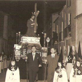 1960.6. JHC, dcha. junto al Alcalde Marcial Medina en la Procesión del Jesús Caído, Semana Santa, Santisteban del Puerto, Jaén, 1960