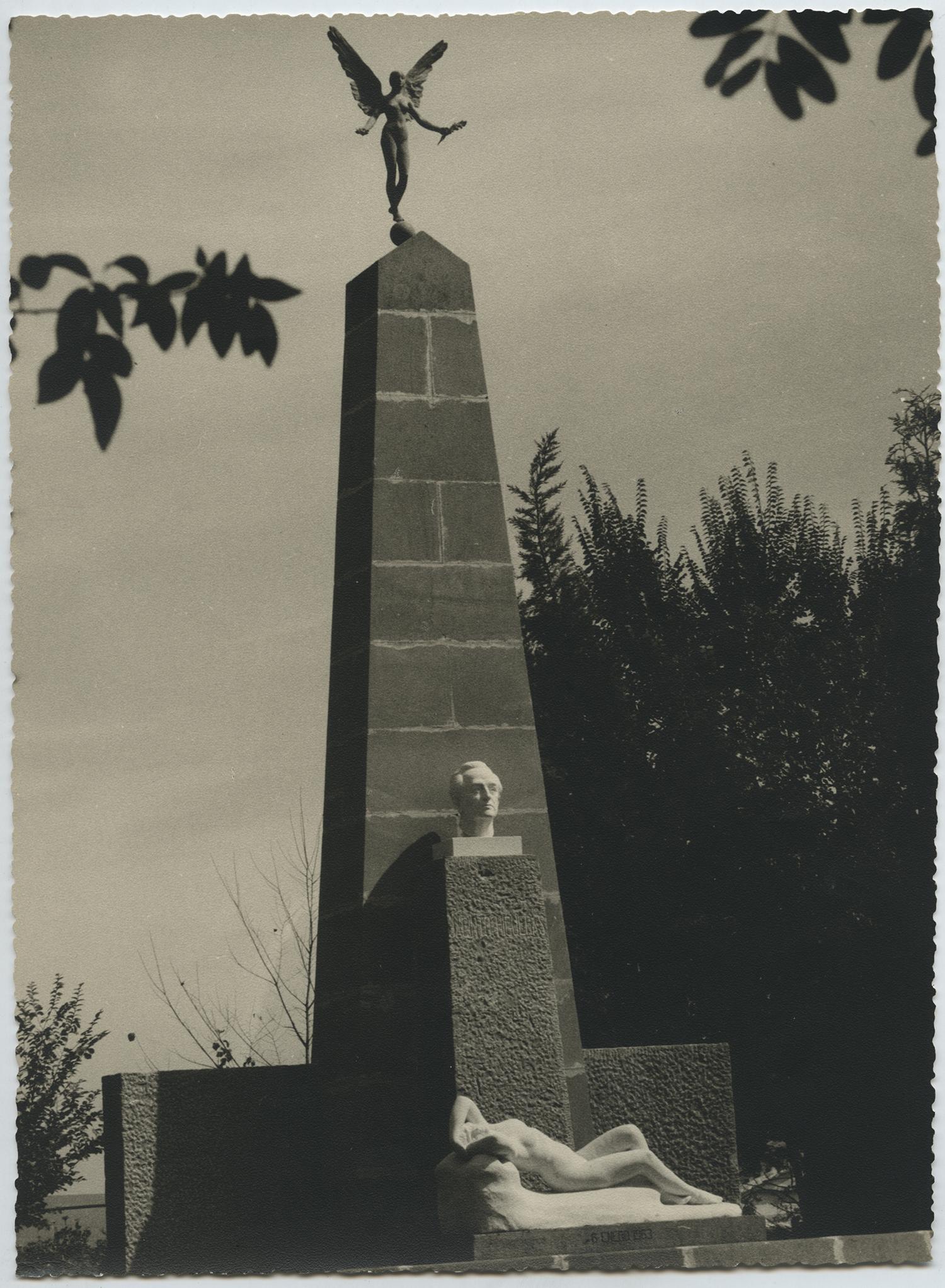 1961.3. Monumento a Jacinto Higueras Fuentes, Cabeza en bronce (JHC), Bética (JHF) y Victoria (JHF). Plaza Ramón y Cajal, Santisteban del Puerto, Jaén. 1961