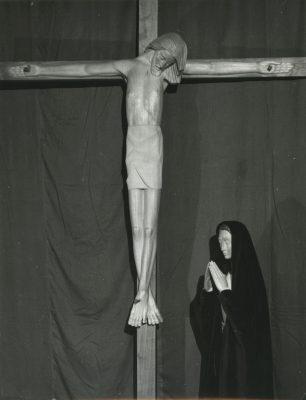 1963.1. Cristo Crucificado y Virgen, madera de limoncillo sin policromar, tamaño natural. Instituto de Enseñanza Media Nuestra Señora de la Victoria, Málaga. 1963