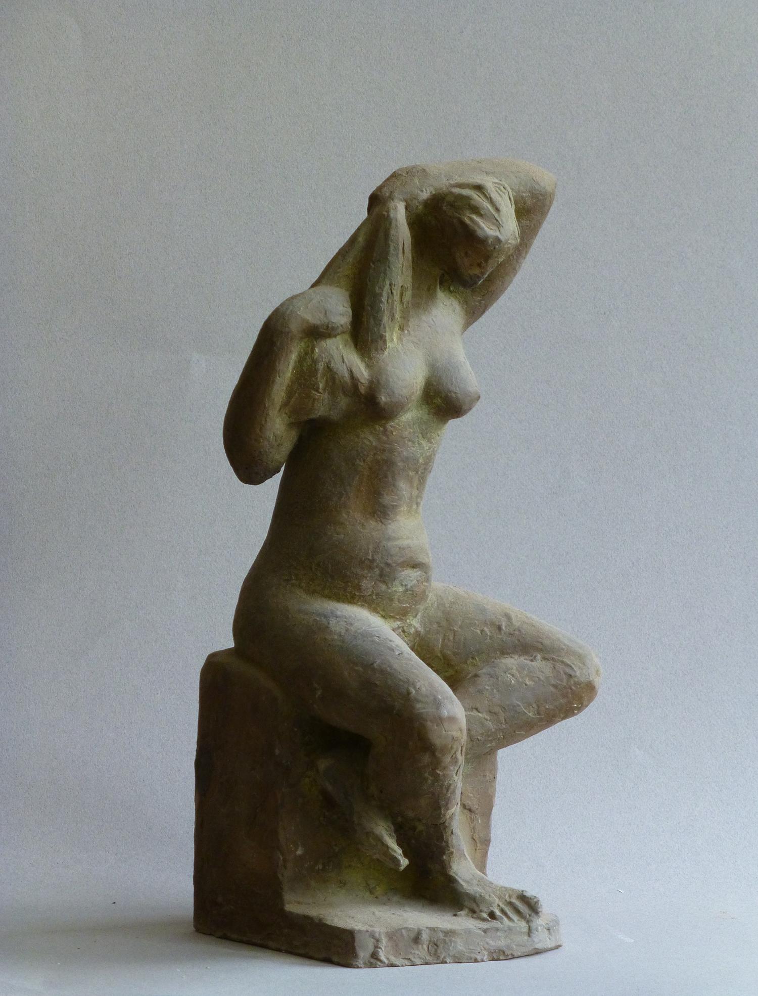 1969.8. Mujer sentada peinándose, hormigón, 34,5x13,5x15 cms. 1969