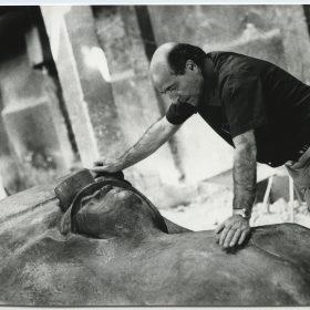 1975.1. JHC, revisando la Figura del Minero en la fundición de Ángel Lorca, junio 1975
