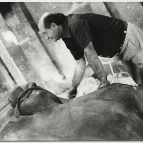 1975.2. JHC, revisando la Figura del Minero en la fundición de Ángel Lorca, junio 1975