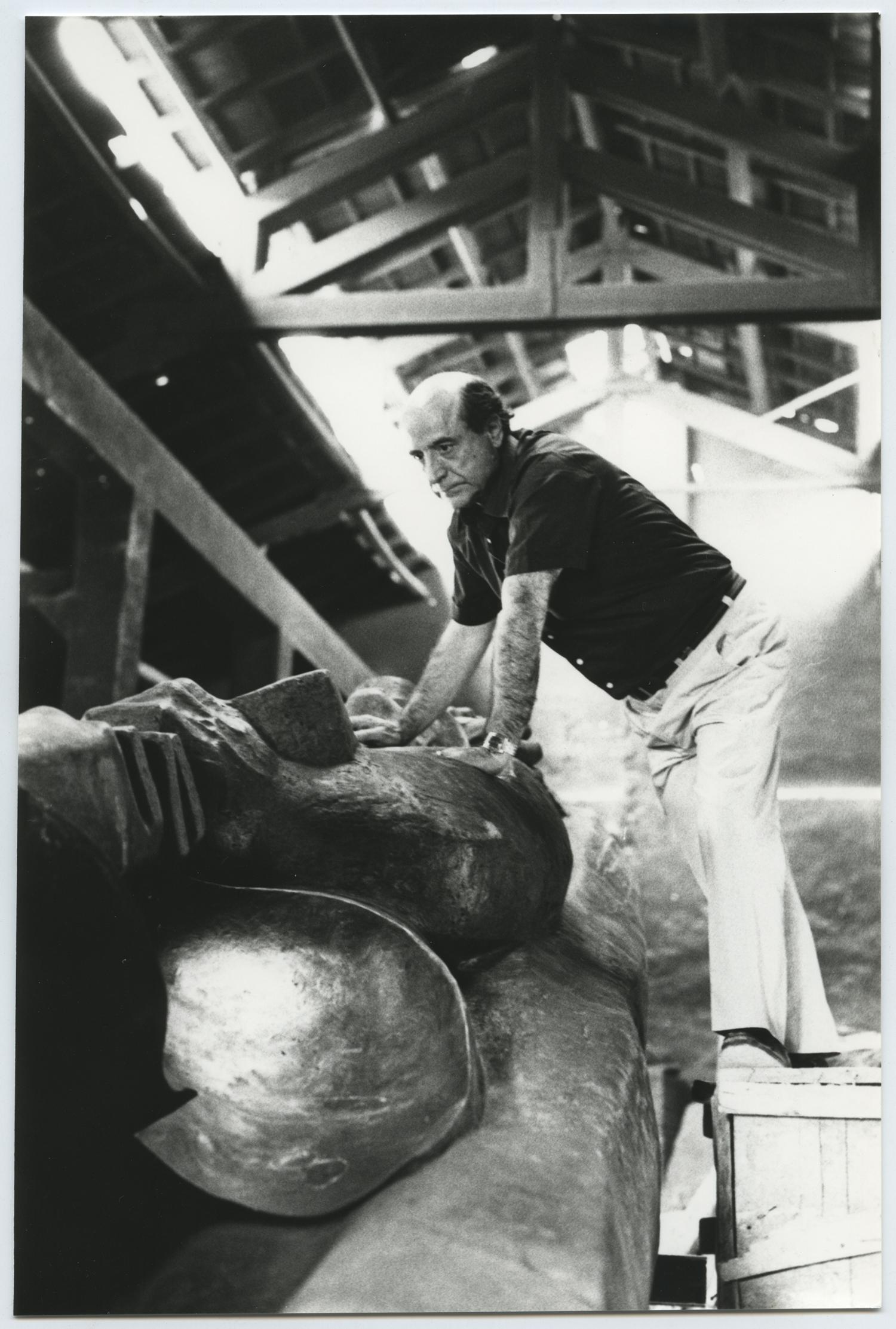 1975.3, JHC, revisando la Figura del Minero en la fundición de Ángel Lorca, junio 1975