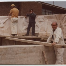 1975.4. JHC, en el montaje de los relieves en piedra del Monumento al Minero, Guardo, Palencia, junio 1975