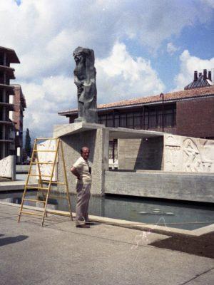 1975.6. JHC, en el montaje de la Figura del Minero en el Monumento al Minero, Guardo, Palencia, junio 1975