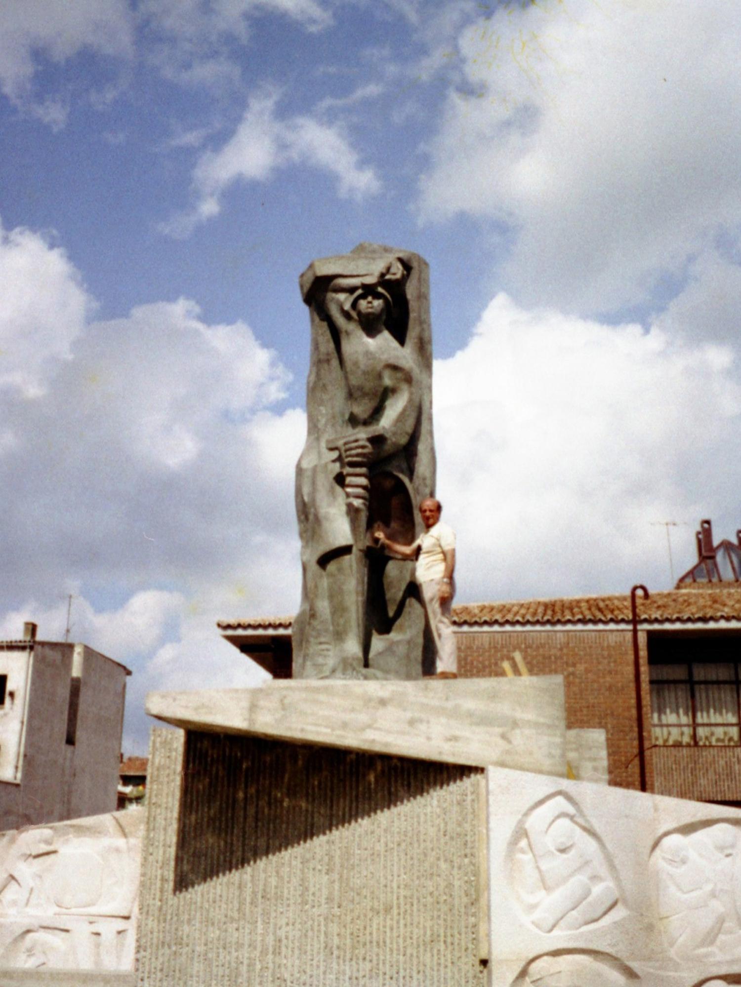 1975.7. JHC, en el Monumento al Minero ya montado, Guardo, Palencia, junio 1975