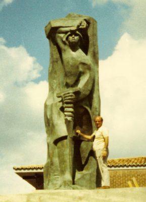 1975.8. JHC, junto a la figura del Minero ya montada en el Monumento al Minero, Guardo, Palencia, junio 1975