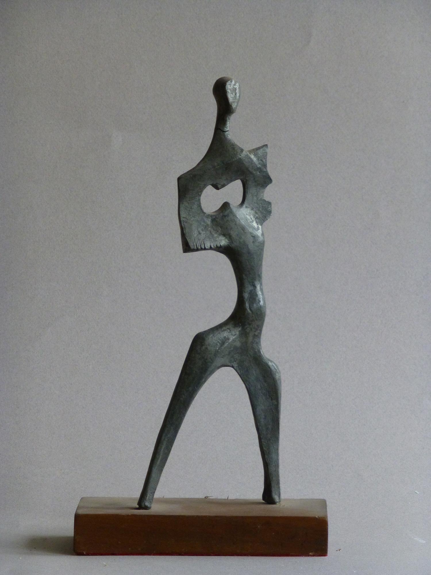 1976.9. Figura con espacio abierto, bronce, aluminio, 26,5x09x03 cm. 1976