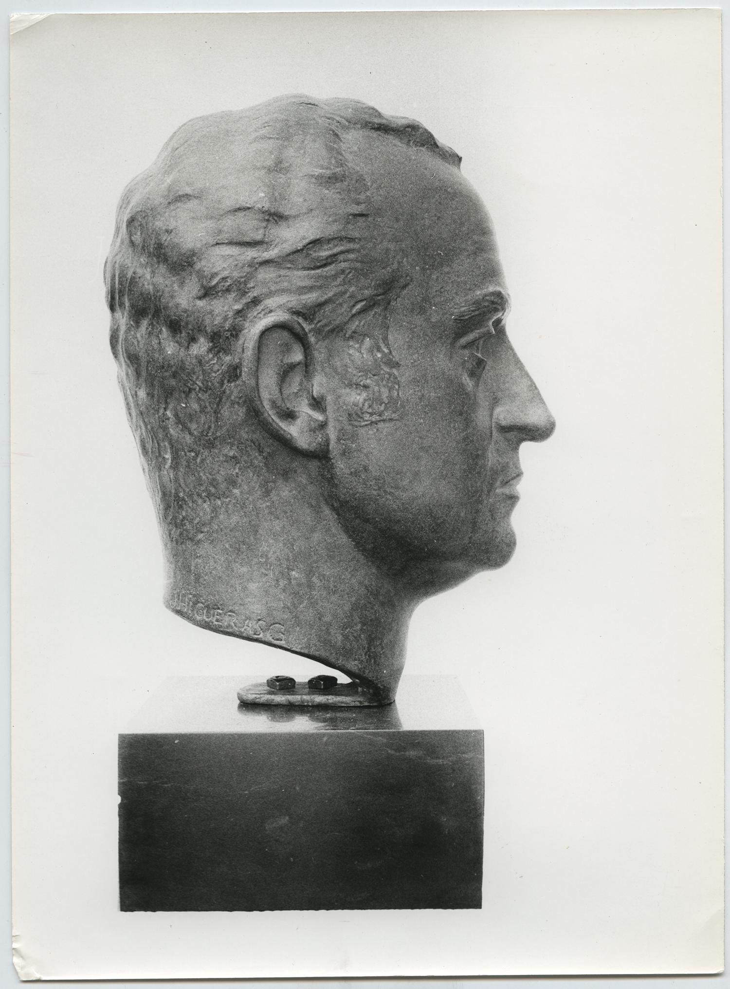 1977.1. Cabeza del Rey Juan Carlos I, bronce, 40x28x30 cms. 1) Escuela Superior de Canto de Madrid. 2) Ministerio de Agricultura, Escalera Monumental. 1977