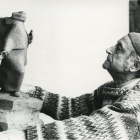 1986.4. JHC, modelando en el Monumento al Militar Cáceres del Perú, Molino de la Hoz. 1986
