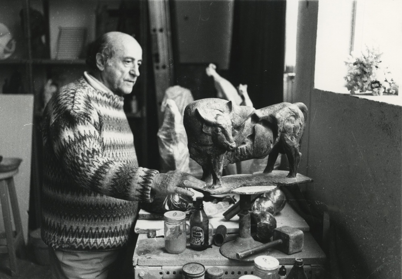"""1986.7. JHC con """"Toro"""", en su estudio de Molino de la Hoz. 1986"""