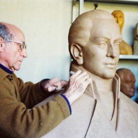 1990.2. JHC, modelando en el Busto del marino Manuel Quimper, Diciembre 1990