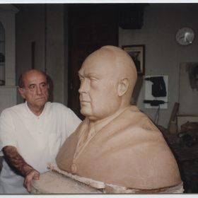 1992, JHC, con el Busto para el Monumento al Profesor García Morente, Molino de la Hoz, Julio 1992